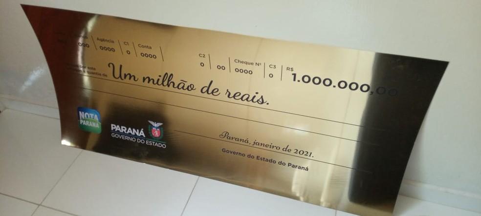 Ganhador do prêmio recebeu um cheque simbólico no valor de R$ 1 milhão — Foto: Arquivo pessoal