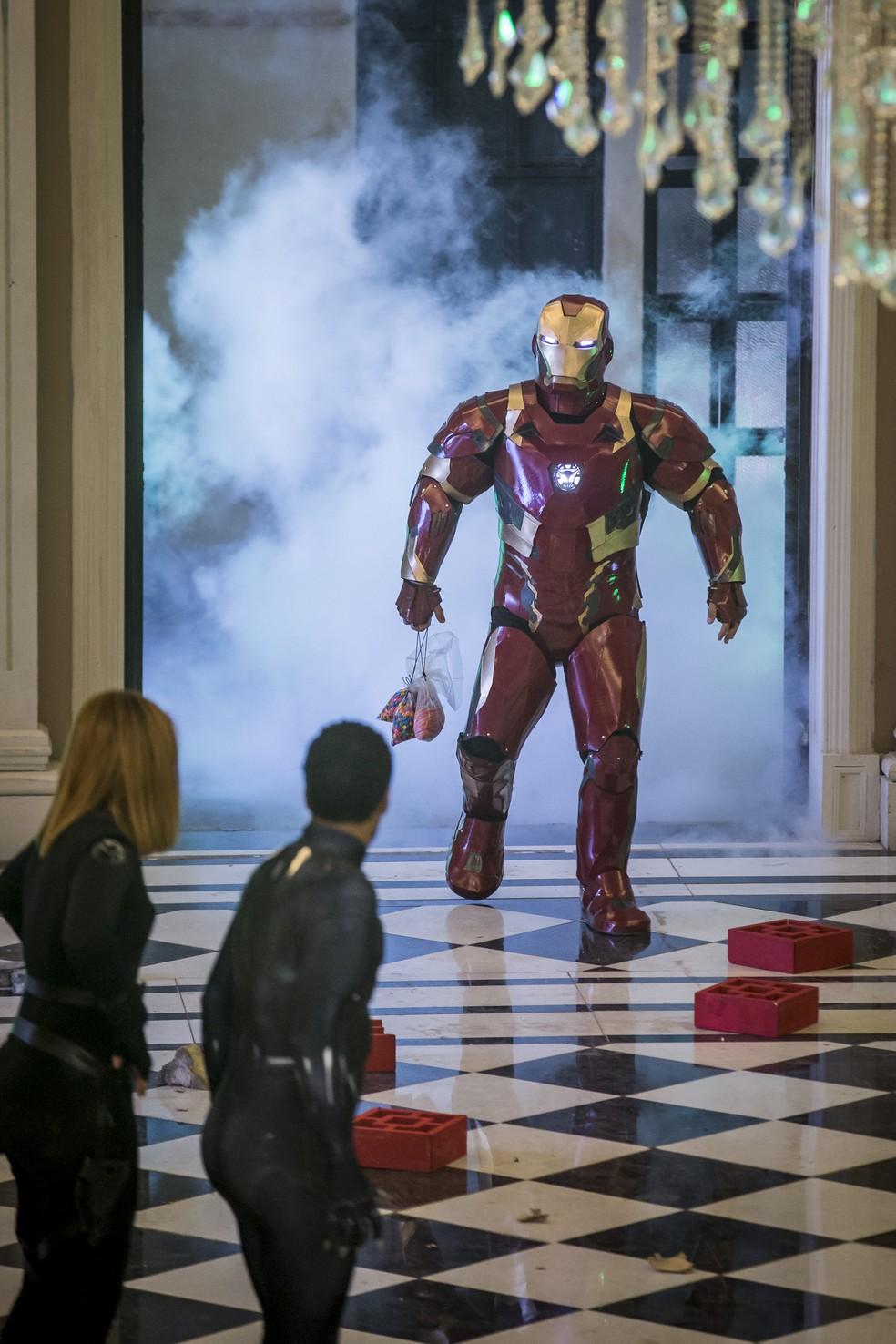O Homem de Ferro aparece... — Foto: Artur Meninea/Gshow
