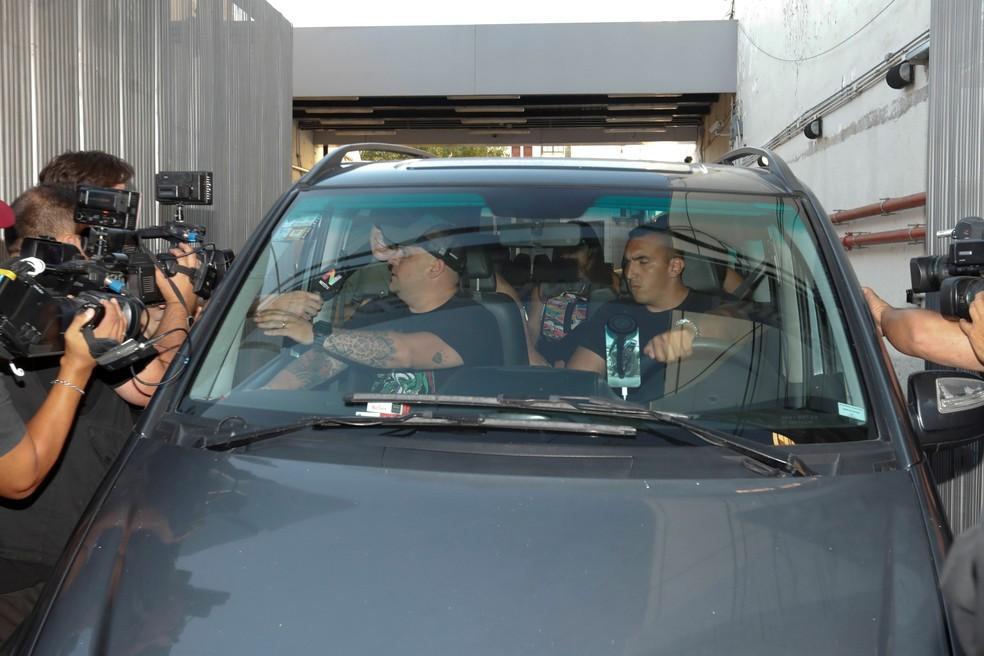 Maradona na saída da clínica em Buenos Aires — Foto: EFE/Juan Ignacio Roncoroni