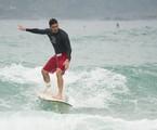 Marcos Veras durante aula de surfe para 'Verão 90' | Cesar Alves/TV Globo