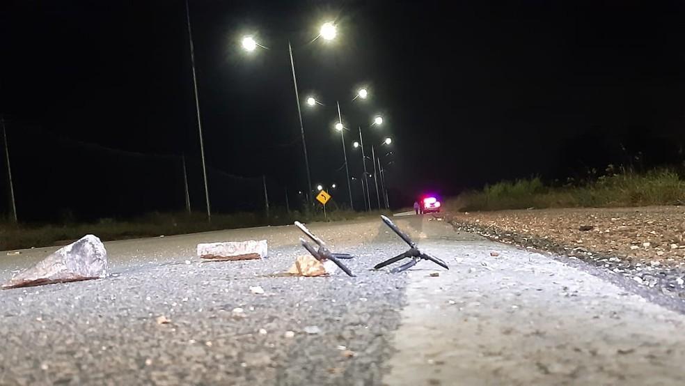 Grampos e pedras no acesso ao Aeroporto de Natal furaram pneus de pelo menos três carros — Foto: Sérgio Henrique Santos/Inter TV Cabugi