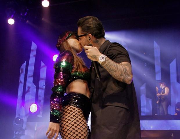 Anitta e Maluma se beijam durante show no Rio (Foto: Marcos Ferreira / Brazil News)