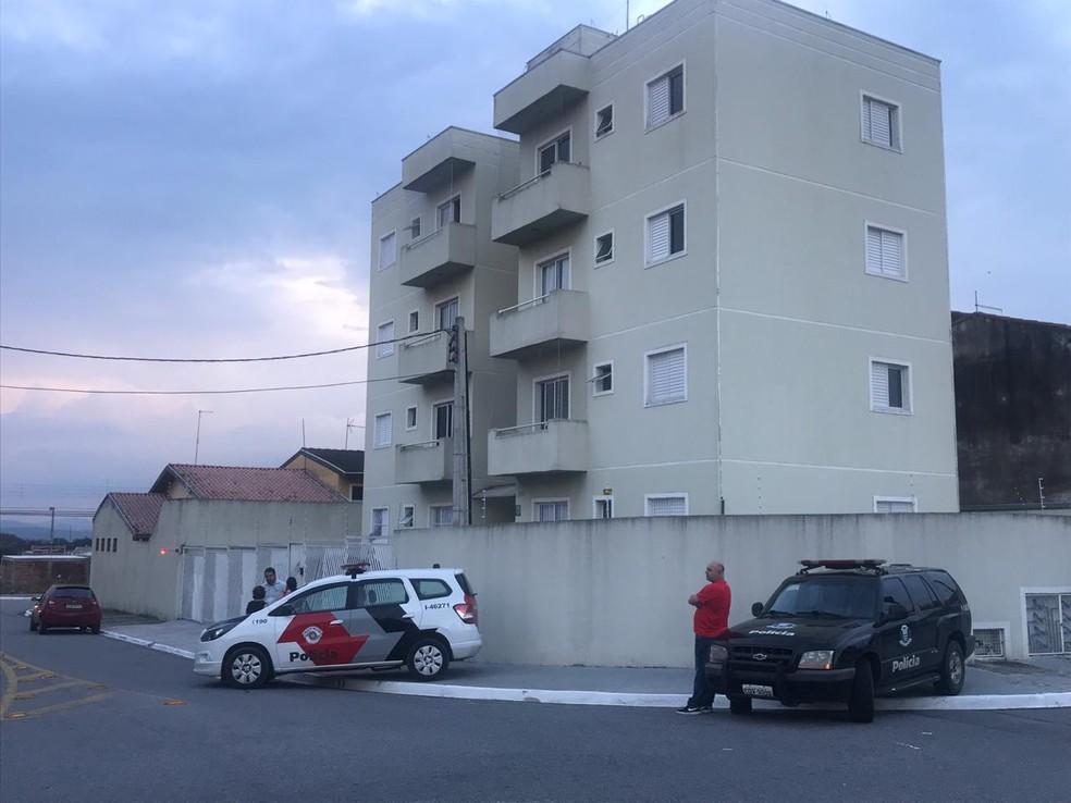 Mãe e filha foram encontradas mortas a tiros em apartamento no Bosque dos Ipês, zona sul de São José dos Campos — Foto: Michelle Sampaio/ TV Vanguarda
