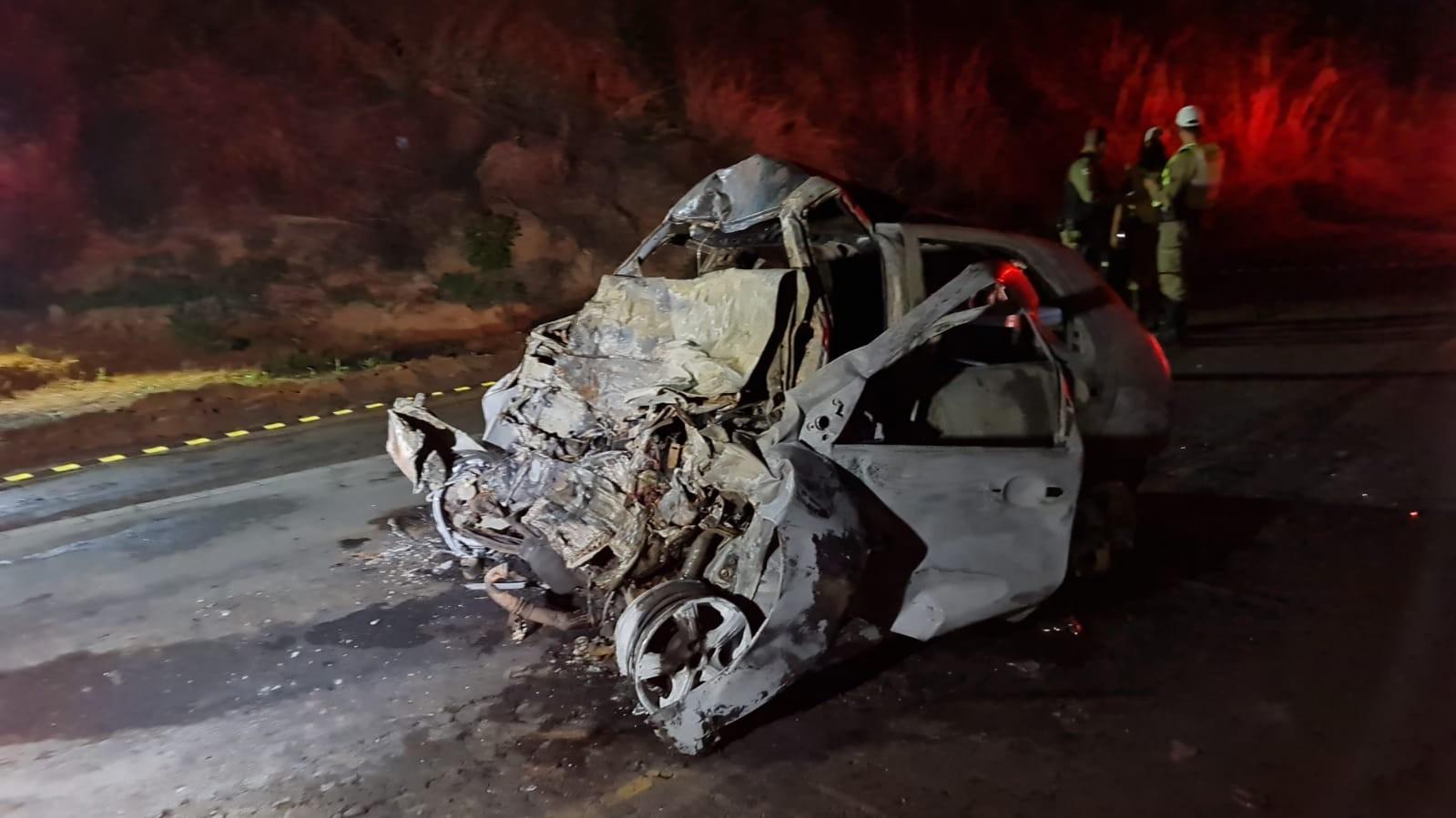 Três pessoas morrem carbonizadas dentro de carro após batida com carreta na MG-455