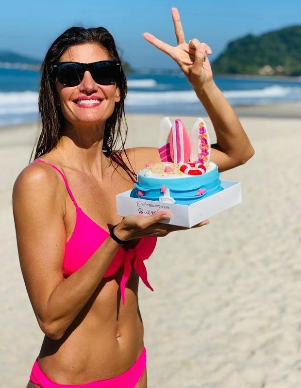 No dia 1 de junho, Isabella Fiorentino completou 44 anos de idade e ganhou bolo temático de surfe (Foto: Reprodução / Instagram)