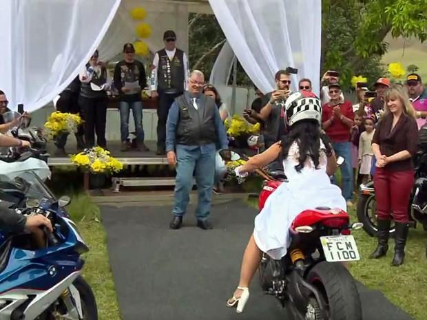 Casal saiu de São Paulo (SP) para se casar em evento de motociclistas em Poços de Caldas, MG, neste sábado (15) (Foto: Reprodução EPTV/Edson de Oliveira)