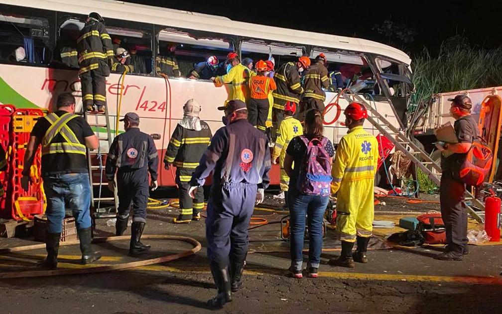 Um acidente próximo à cidade de Parapuã, a 660 km de São Paulo, deixou mortos e feridos na noite desta segunda-feira (21) — Foto: TV Globo