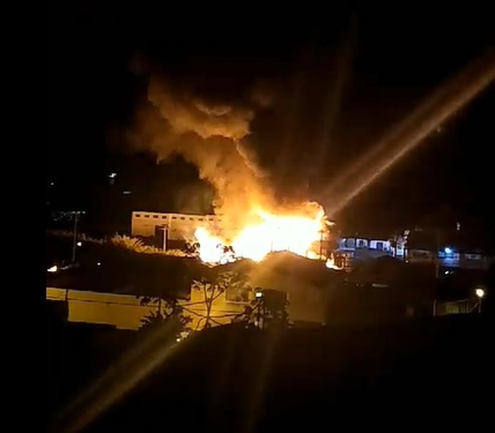 Incêndio atinge fábrica de tintas às margens da rodovia BR-459 em Piquete, SP — Foto: Christian Motta/ Arquivo Pessoal