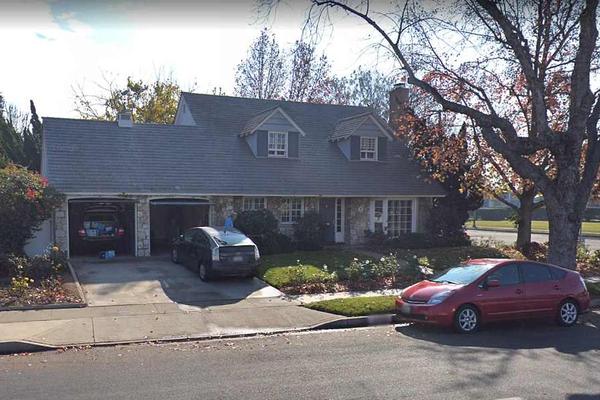 A casa dos pais de Allison Mack na Califórnia que precisou ser hipotecada para que a atriz fosse liberada pela Justiça e na qual ela passará confinada até o julgamento (Foto: Google Maps)