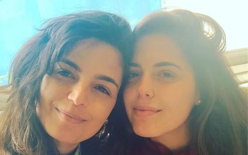 """Emanuelle Araújo posa com filha de 25 e fãs apontam semelhança: """"Parecem irmãs"""""""