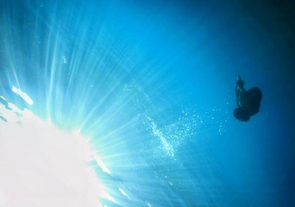 Gisele Itié publica foto nua no fundo mar, e diz Ninguém