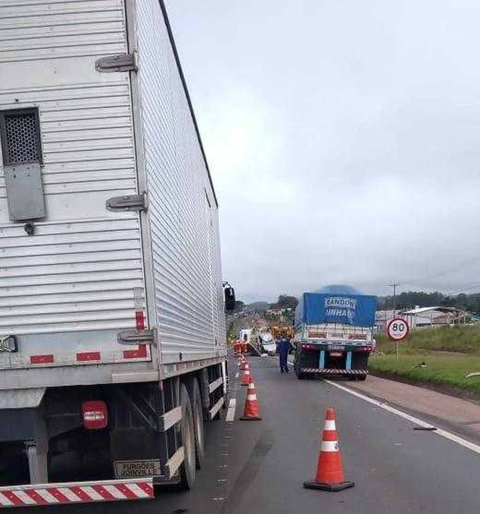Carro e caminhão bateram em trecho urbano da PR-151, em Ponta Grossa — Foto: Márcio Batista/Arquivo Pessoal