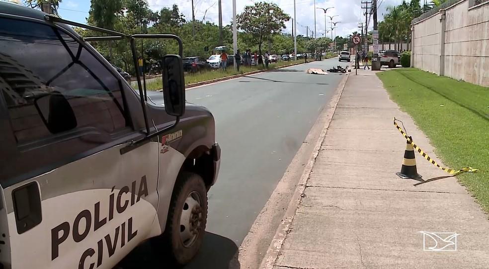 Polícia esteve no local para investigar as causas do acidente de trânsito no bairro Cohafuma, em São Luís — Foto: Reprodução/TV Mirante
