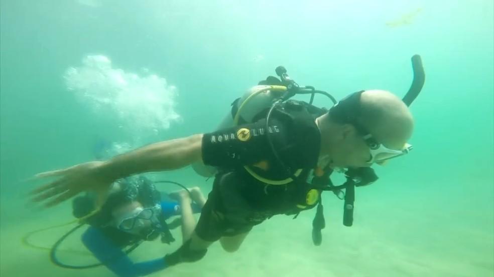 Edmilson é cadeirante, mas conseguiu realizar mergulho nas piscinas naturais de Maceió (Foto: Reprodução/TV Globo)