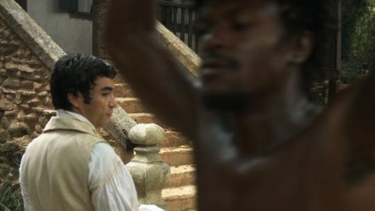 André treina espada com Joaquina e se desconcentra ao ver Saviano