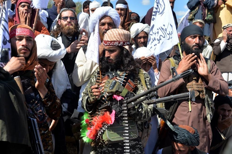 Militantes do Talibã comemoram acordo de paz assinado com os EUA, em 2 de março de 2020 — Foto: Noorullah Shirzada / AFP