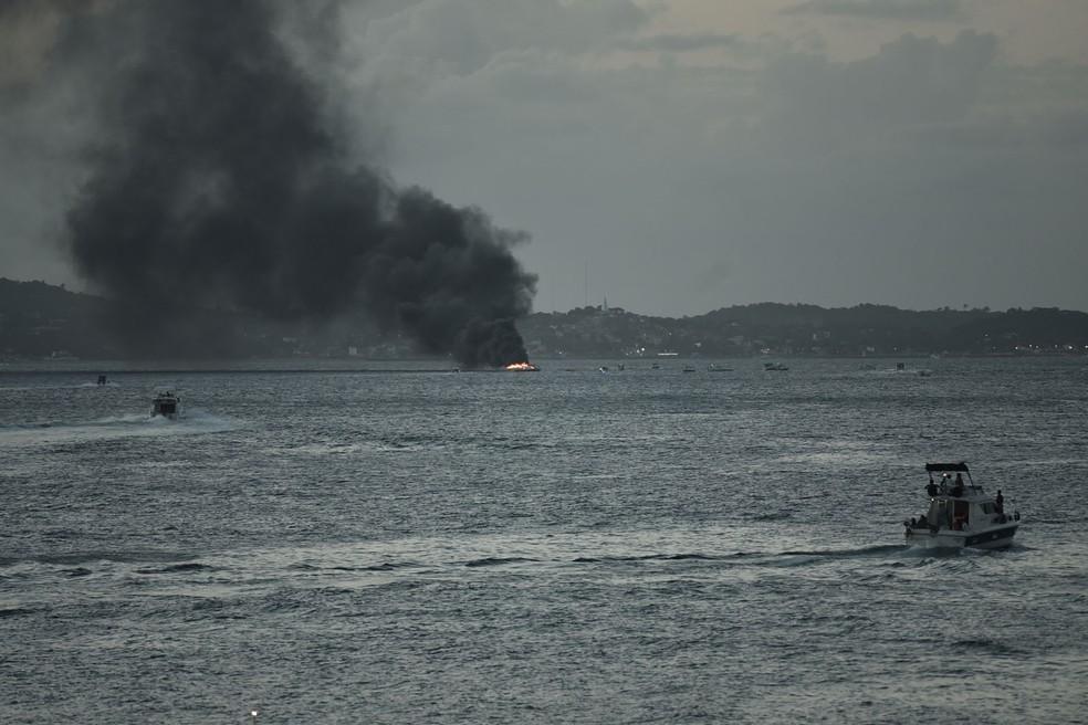 Lancha pega fogo na Baía de Todos os Santos (Foto: Max Haack/Ag Haack)