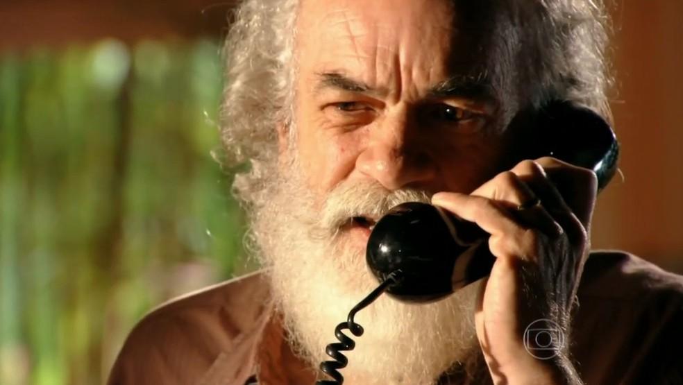 Chico (Cacá Amaral) recebe notícias do filho Cassiano (Henri Castelli), em 'Flor do Caribe' — Foto: Globo