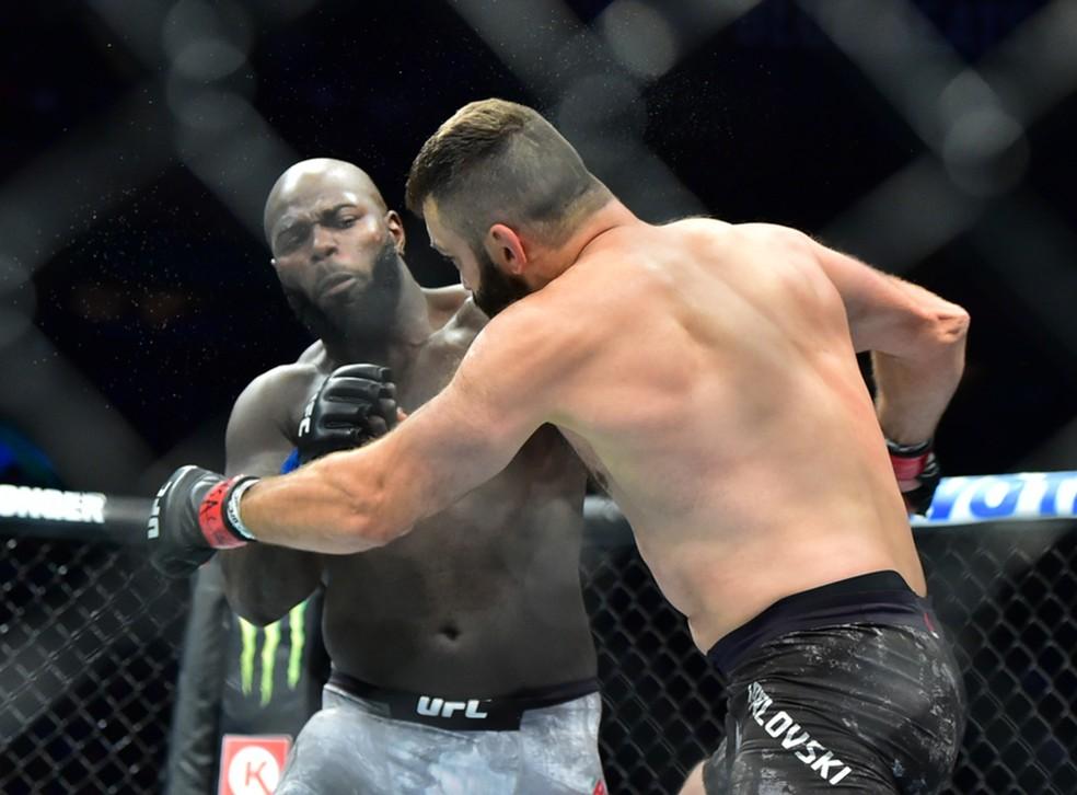 Jairzinho Rozenstruik acerta o golpe que nocauteou Andrei Arlovski no UFC 244 — Foto: Jason Silva
