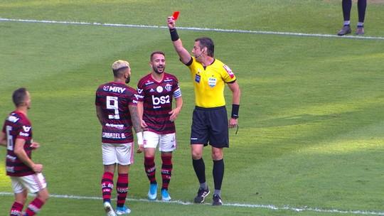 """Em súmula, árbitro cita gesto de Gabigol para gremistas e explica vermelho: """"Bater palmas"""""""