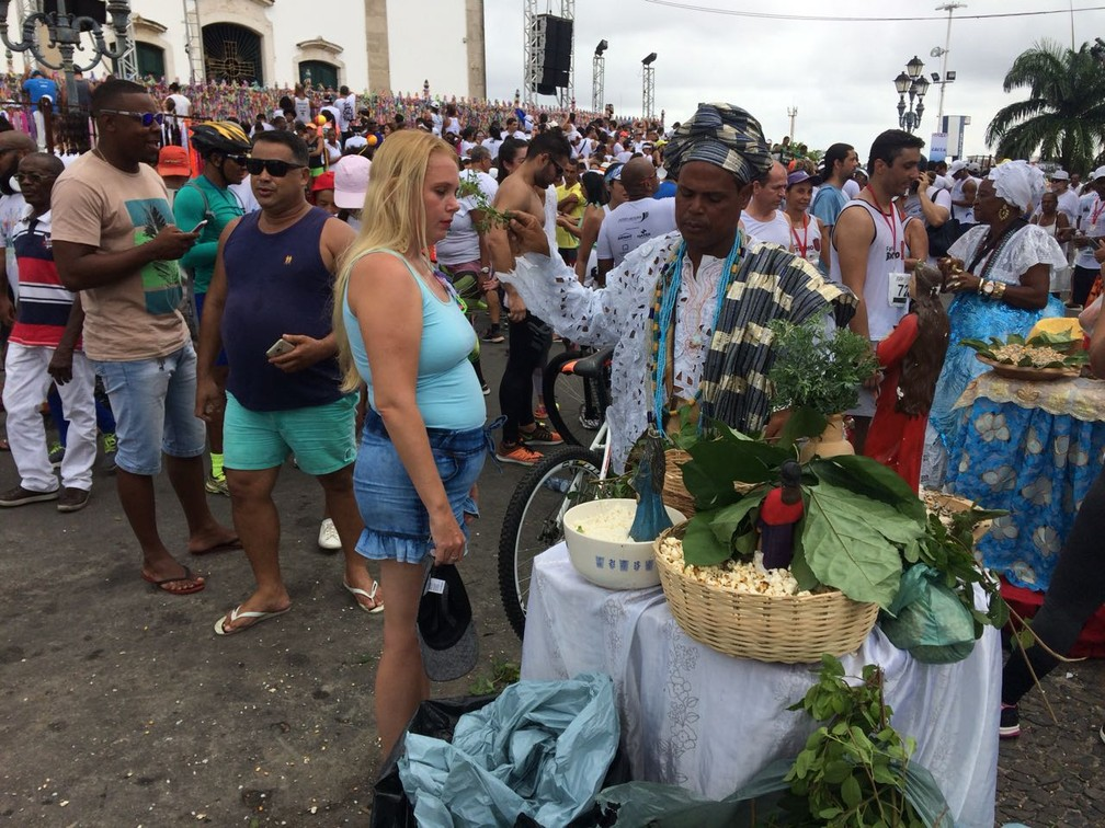 Ramona, que mora em Cruz das Almas, no Recôncavo, participa da Lavagem do Bonfim todos os anos e gosta de receber banho de folhas para abrir os caminhos (Foto: Itana Alencar/ G1)