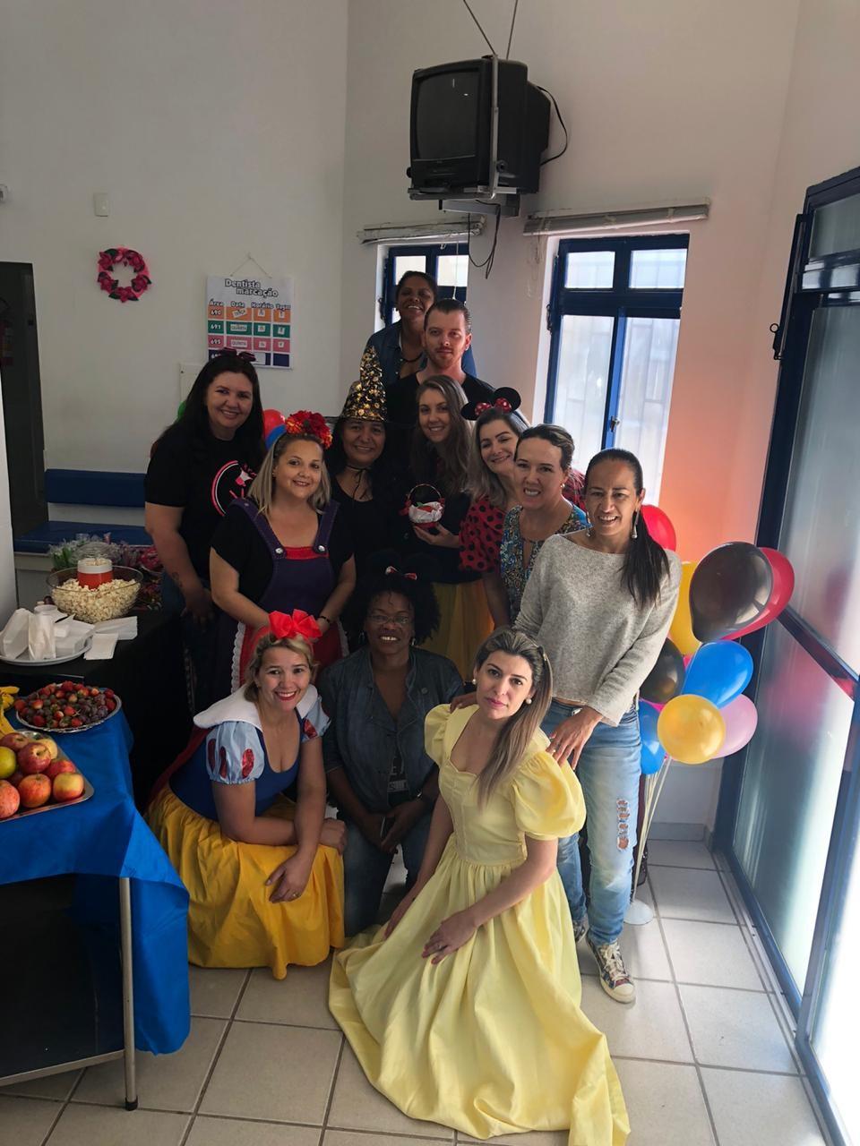 Posto de saúde em SC tem Dia D de vacinação divertido com pipoca, balões e servidoras vestidas de princesas - Notícias - Plantão Diário