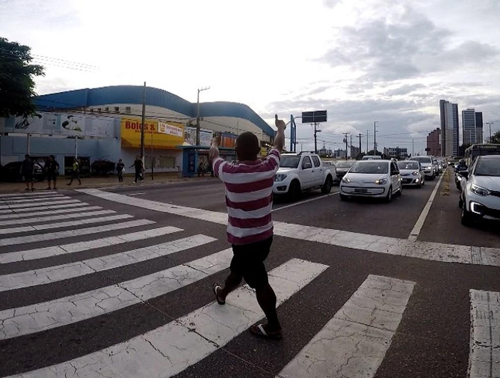 Pedestres precisavam de colaboração dos motoristas para atravessarem a faixa — Foto: Reprodução/Inter TV Cabugi