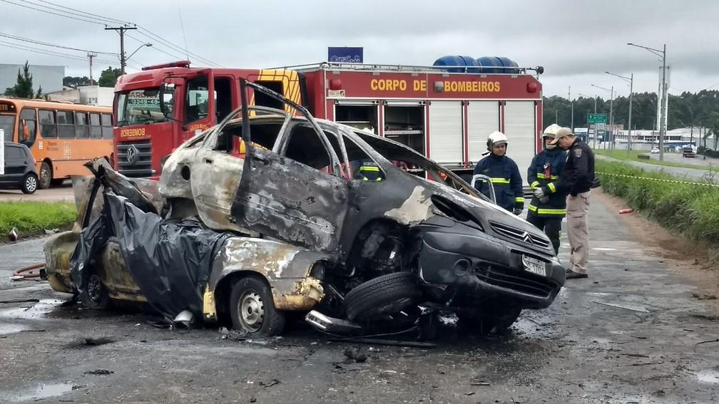 Carros bateram de frente e pegaram fogo na sequência  (Foto: Ricardo Muiños/RPC)