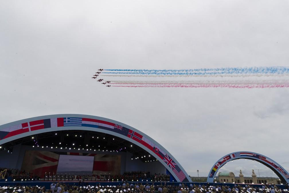 """Força Aérea Real Britânica faz homenagem aos 75 anos do """"Dia D"""" nesta quarta-feira (5) em Portsmouth, Inglaterra. — Foto: Alex Brandon/AP"""