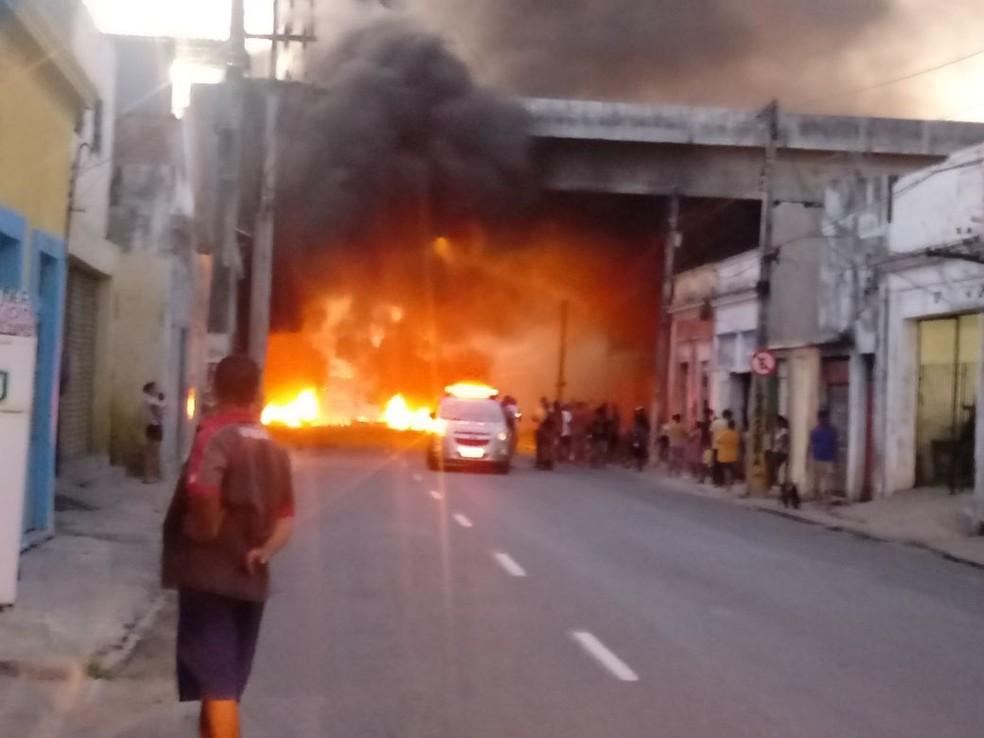 Manifestantes atearam fogo em pneus na Rua Imperial (Foto: Reprodução/WhatsApp)