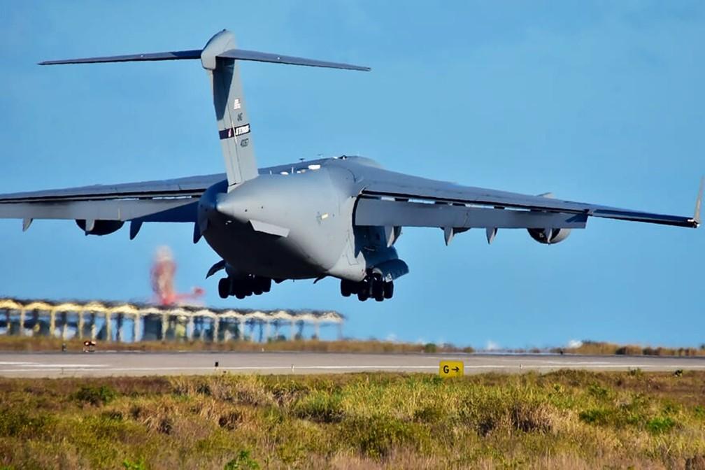 Aeronaves que participam do CRUZEX decolam da Base Aérea de Natal — Foto: Pedro Vitorino