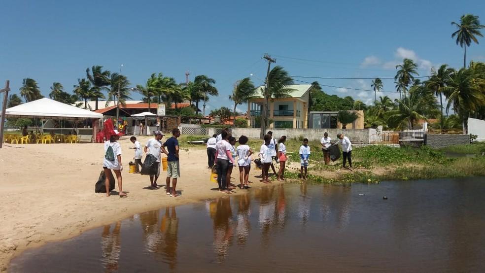 Estudantes retiraram lixo de piscinas naturais no Grande Recife — Foto: Projeto Meros Brasil/Divulgação