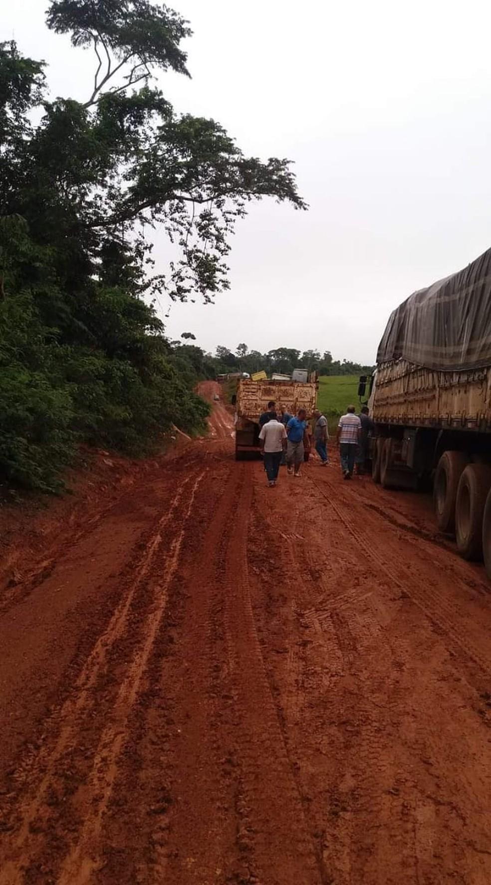 Motoristas ficam presos em atoleiros na BR-174 e reclamam da situação em MT — Foto: Arquivo pessoal