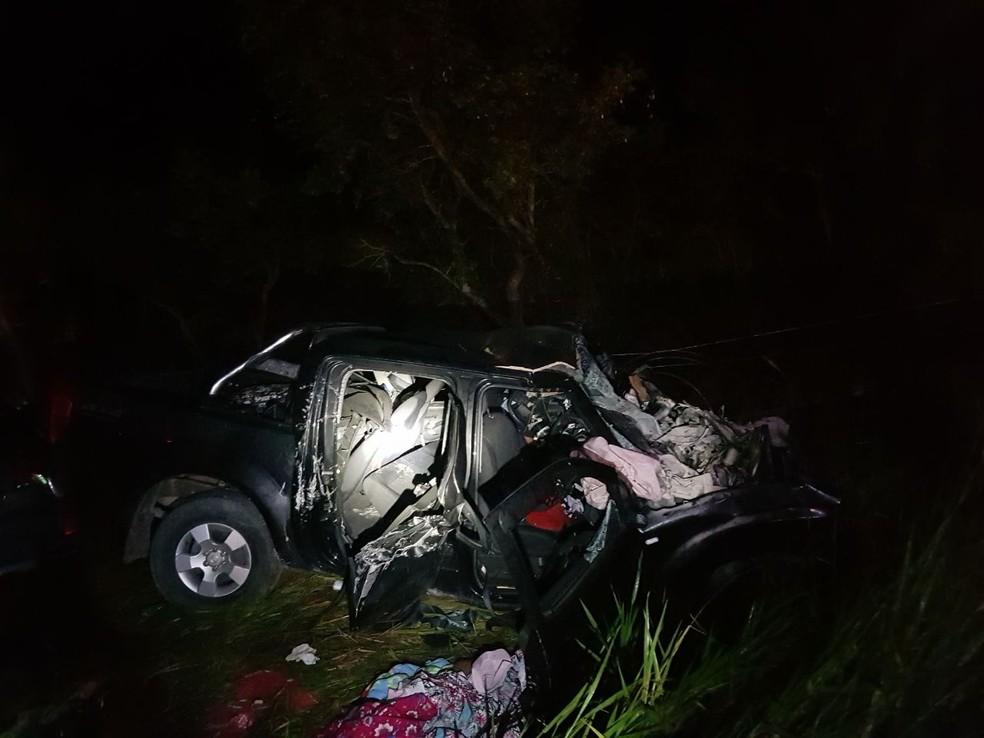 Vítimas fatais estavam em uma caminhonete, de acordo com os bombeiros. (Foto: Corpo de Bombeiros/Divulgação)