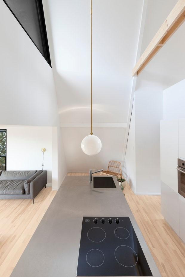 Com fachada preta e minimalismo, chalé de 64 m² surpreende  (Foto: Maxime Brouillet/ Divulgação)