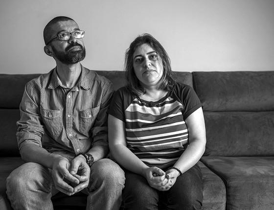 Joseval e Terezinha, pais de Marina, tentam ainda entender, sem sucesso, o que levou a filha de 19 anos a tirar a própria vida (Foto: AGÊNCIA O GLOBO)