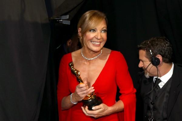 A atriz Allison Janney com os Oscar vencido por ela na cerimônia de 2018 (Foto: Getty Images)