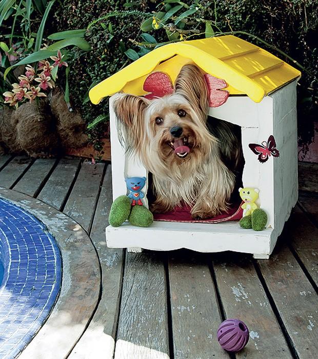 A casinha do cãozinho Dagoberto tem a decoração de peças de ferro fundido com pintura eletrostática e recorte de madeira em forma de osso. O projeto é de sua dona, a designer Juliana Daidone (Foto: Ilana Bar / Casa e Jardim)