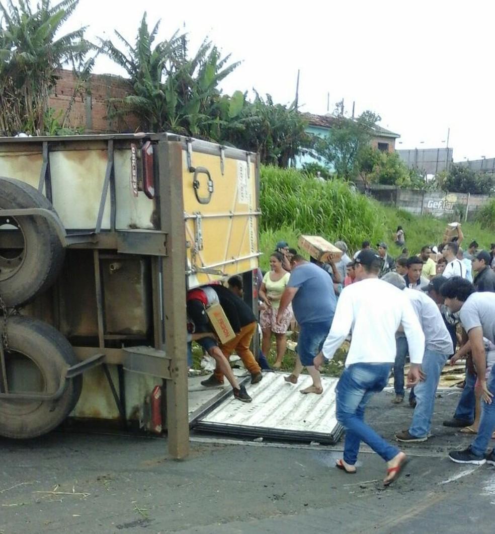 Cerca de duas mil pessoas saquearam a carga neste domingo (18). (Foto: Polícia Rodoviária Estadual/Divulgação)