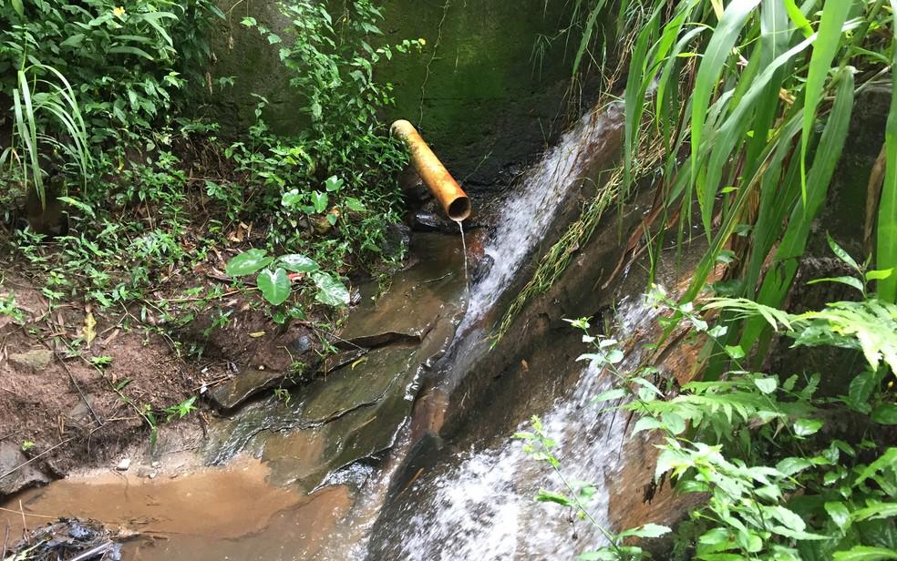 Parque Estadual do Ibitipoca - esgoto da vila é lançado no Rio Conceição, que nasce dentro do parque — Foto: Vivian Reis/G1