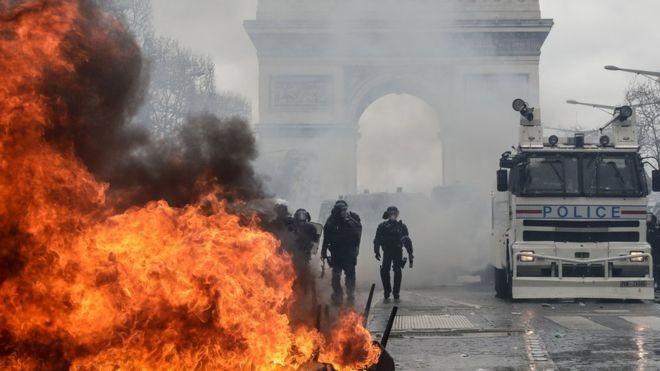 Manifestantes fizeram barricadas de fogo durante protestos na França (Foto: AFP via BBC)