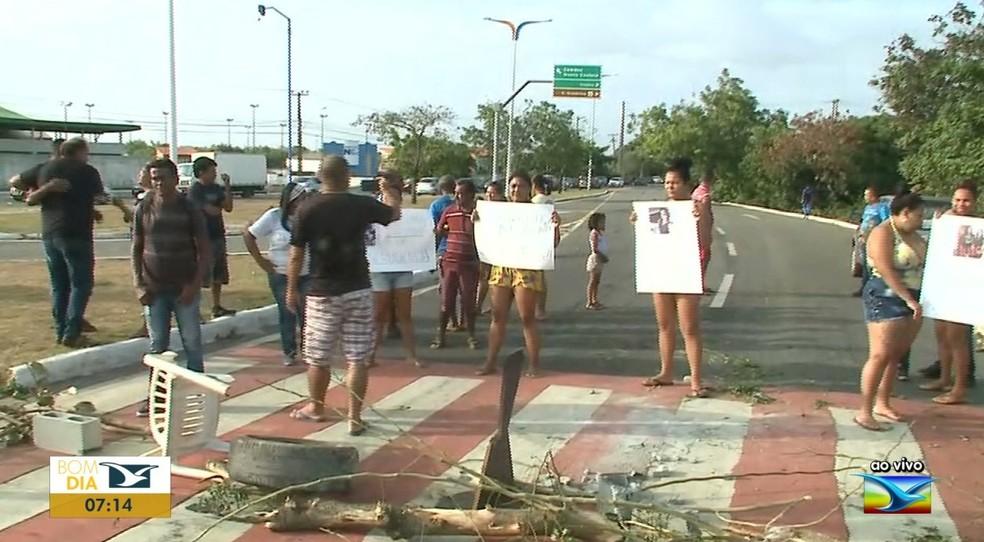 Moradores interditaram Avenida Carlos Cunha com pneus e galhos de árvore.  — Foto: Reprodução/ TV Mirante