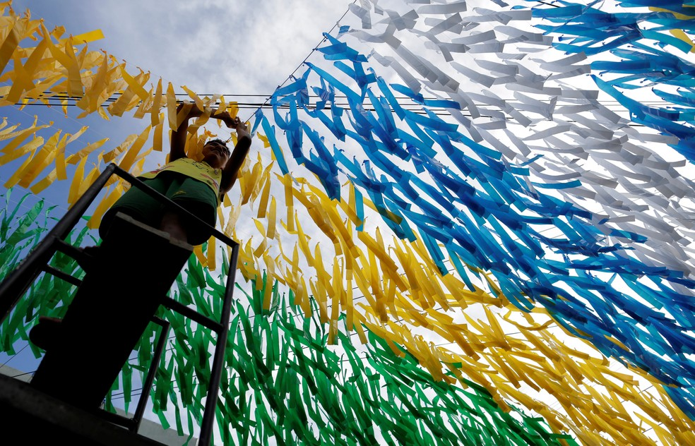 Fitinhas nas cores da bandeira do Brasil colorem o céu de Manaus (Foto: Bruno Kelly/Reuters)