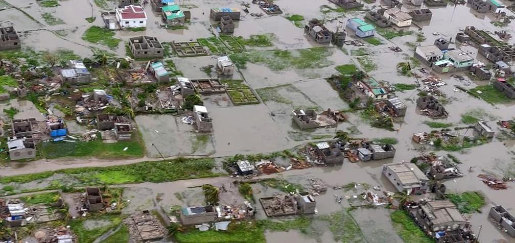 Vista aérea de área residencial destruída após a passagem do ciclone Idai em Beira, Moçambique — Foto: Caroline Haga/IFRC via AP