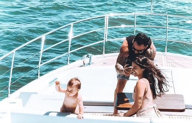 O sertanejo Mateus com a mulher  eo filho (Foto: Reprodução/Instagram)