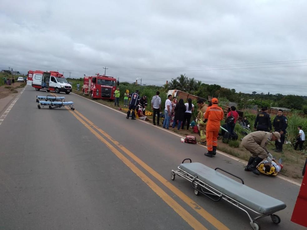 Acidente com ônibus que transportava 22 pessoas aconteceu na BR-364, em Ariquemes.  — Foto: Divulgação/PRF
