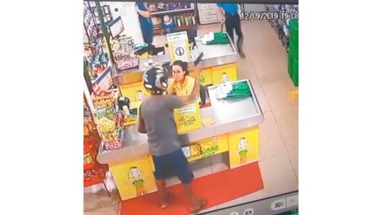 Empresário reage a assalto em mercado e bate em ladrão usando arma indígena em MT; veja vídeo