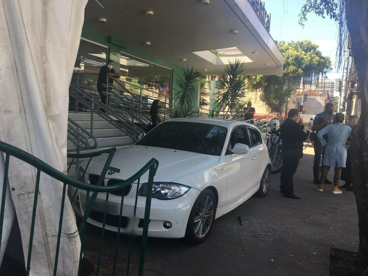 Motorista perde controle de carro de luxo e invade calçada de UPA em Santos, SP