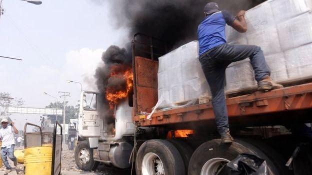 Parte da ajuda humanitária se perdeu nos confrontos na fronteira da Venezuela com a Colômbia (Foto: EPA - via BBC)