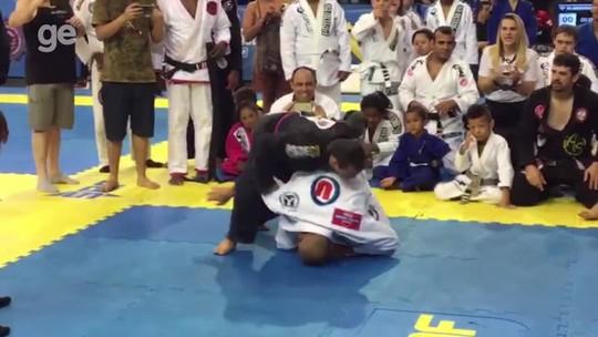 José Aldo luta jiu-jítsu com atleta com síndrome de Down em torneio no Rio